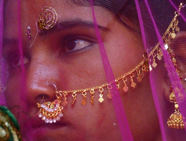 Místní vláda a neziskové organizace se snaží ve vesnici hromadnou svatbou zabránit nucené prostituci místních dívek.