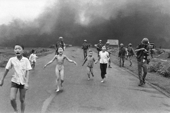 Dívka z Trang Bang, zachycuje nahou devítiletou dívku, popálenou napalmem. Utíká z vesnice, kterou sežehla jihovietnamská jednotka.