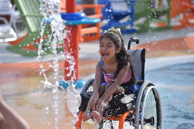 Speciální voděodolné invalidní vozíky půjčuje aquapark návštěvníkům u vchodu do areálu.