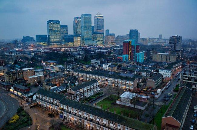 """""""Londýnský East End je svět sám pro sebe,"""" napsal Charles Dickens. Mrakodrapy ve finanční čtvrti Canary Wharf (naproti) stojí v místech doků opuštěných v 60. letech minulého století, kdy se lodní dopr"""