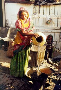 Mladá žena s amforou ze skupiny polokočovných kovářů - Gadulia Lohare, příbuzných současných Romů, Udaipur- Radžastán (Indie), 2002.