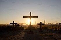 Kříže lemují úsek silnice Route 50 poblíž města Fallon v Nevadě.