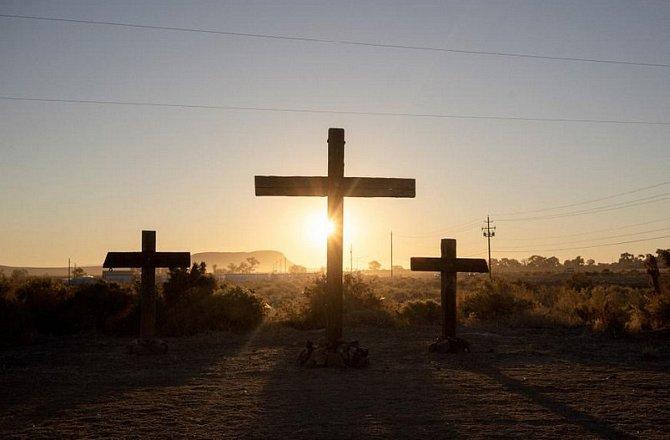 Kříže lemují úsek silnice Route 50poblíž města Fallon vNevadě.
