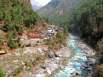 Řeka Dudh Koshi se v deštivém období letního monzunu mění v mohutný tok.