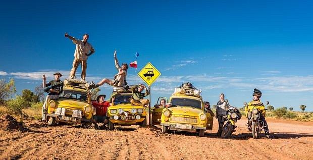 Posádky dvou žlutých trabantů, polského Fiatu neboli malucha, čezety, jawy a dokonce i dvou invalidních vozíků vyrazily z australského Perthu, a během půlroční dobrodružné výpravy projely Východní Timor, Indonésii, Malajsii a Thajsko.