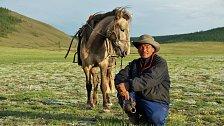 Již několik dní jsme se hlemýždím tempem kodrcali mongolskou pustinou. Jakmile jsme rozdělali oheň, odněkud se na malém koni přiřítil místní pastevec. Mlčky nás z dálky pozoroval. Když jsme se usmáli a nabídli mu čaj, odvážil se přijít až k nám.