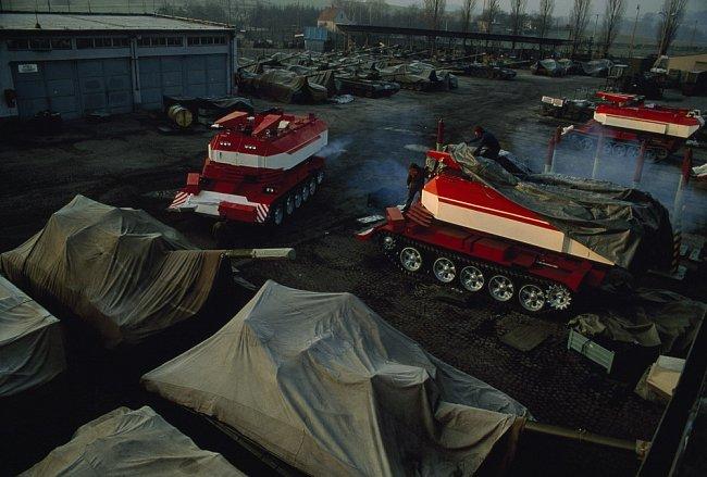 Čeští dělníci v Novém Jičíně rozmontovávají techniku z dob studené války. Mění bojové tanky na rádiem ovládaná hasicí vozidla. Slovensko, kde se koncentrovala výroba těžkých zbraní, nese ekonomickou t