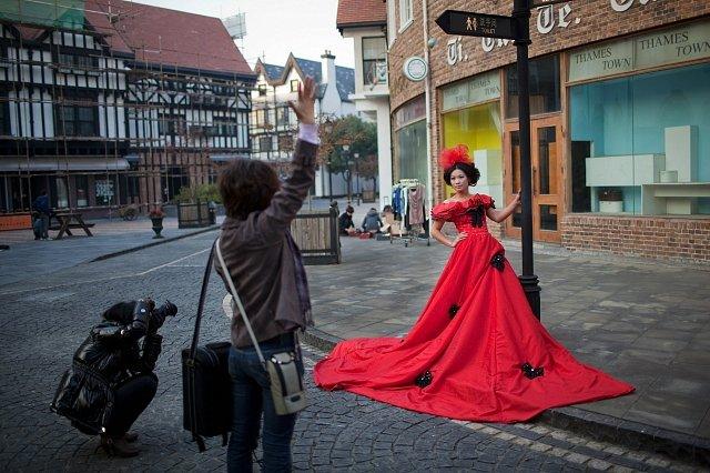 Thames Town je oblíbené místo novomanželů. Rádi se zde fotí.