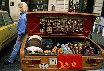 Zboží pražských pouličních kapitalistů, sovětské vojenské odznaky a další suvenýry, je mizející připomínkou studené války. Zato městské hotely a restaurace zaplavované zahraničními návštěvníky jen vzk