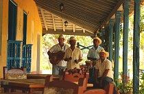 Když jsem procházela Santiago de Cuba, narazila jsem v každé čtvrté ulici na kapelu, která vyhrávala k tanci.