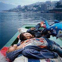 Chuang Cung-kuovy děti si hrají v rodinné rybářské loďce nedaleko Wu-šanu. Stejně jako mnoho Číňanů z venkova i Chuang porušil státní politiku plánovaného rodičovství a zaplatil pokutu.
