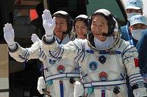 Tři tchajkonauté: (zepředu ) Jing Haipeng, Liu Wang a Liu Yang při společném výcviku v severozápadní Číně.