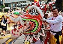 Lidé se srocují kolem místa, odkud mají  do Centralu  vyrazit Draci a Lvi, kteří  jsou předvojem  oslav nadcházejícího čínského Roku draka.