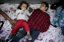 Děti spí u vstupu na Americas Intenational Bridge mezi Mexikem a USA při čekání na vyslyšení jejich žádosti o azyl. Běženci na mostě často čekají několik dnů, než dostanou šanci promluvit o svém případu s americkým úředníkem.