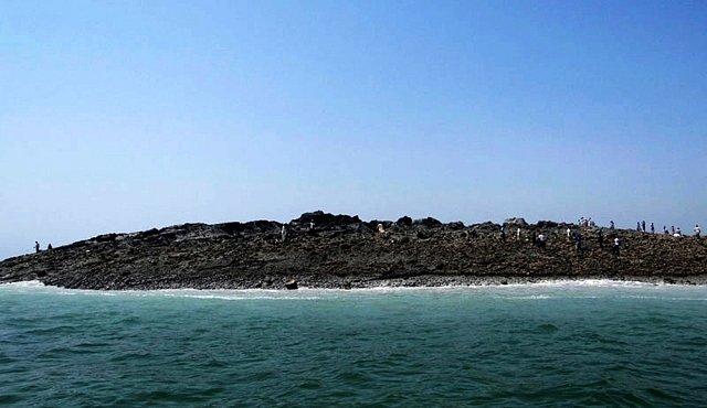 Silné zemětřesení vyzdvihlo nad mořskou hladinu bahenní sopku