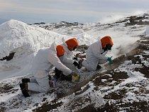 Vědci sbírají vzorky. Kteří mikrobi na Mt. Erebus žijí a odkud přišli? Víme, že mikrobi mohou být přeneseni větrem na stovky kilometrů. Může je sem vítr dovát ze sopečných popelů z dalekého severu? Ne