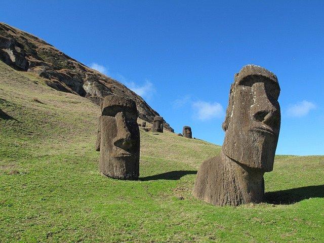 Velké kamenné sochy neboli moai, kterými se Velikonoční ostrov proslavil, byly zhotoveny mezi lety 1250 -1500 našeho letopočtu. Celkem jich na ostrově bylo nalezeno 887.