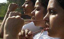 Studenti předvádějí jogínskou techniku Rubber Neti v severoindickém městě Chandigarh. Mnoho Indů věří, že toto cvičení pomáhá léčit rýmu, kašel a astma, a dokonce těmto neduhům umí i předcházet.