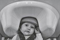 Vlaboratoři Patricie Kuhlové naWashingtonské univerzitě studují badatelé mozkovou aktivitu dětí dojednoho roku. Pomocí magnetoencefalografického přístroje, který měří magnetické pole kolem hlavy děťátka, objevují vzorec výbojů nervových buněk.