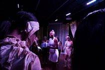 Nedílnou součástí tradičních černošských univerzit jsou pompézní oslavy. Vítězka loňského ročníku soutěže Miss Collegiate 100 university Clar Atlanta odříkává v zázemí pódia modlitbu společně s ostatními soutěžícími těsně před tím, než se zvedne opona.