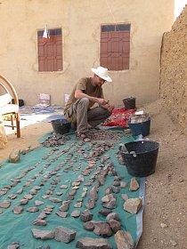 Zpracovávání kamenných artefaktů na základně ve vesnici Al Hudžér Abú Dóm, pohoří Sabaloka, výzkumy ČEgÚ.