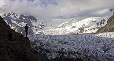 Vatnajökull – zářivě bílý ledovec se rozkládá u pobřeží jihovýchodního Islandu mezi Východními fjordy a Víkem. Největší evropský ledovec je dokonce vidět i z družicových snímků.