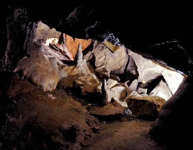 Jeskyně na Pomezí je nejdelší nejdelší jeskyním komplexem vytvořeným v mramorech (též krystalických vápencích).