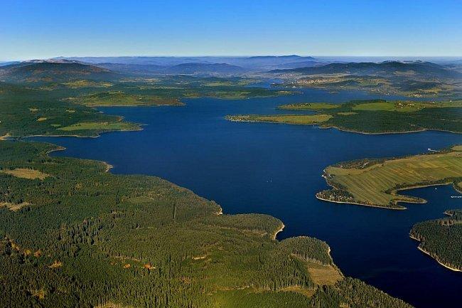 Města, která se nacházejí přímo na břehu přehrady a o jejichž návštěvu by se návštěvníci rozhodně neměli ochudit jsou Lipno nad Vltavou, Frymburk, Horní Planá a Černá v Pošumaví.