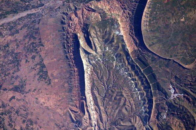 Šupinatá scenérie z říše plazů nebo pozoruhodná robustní geologie v Maroku? – z přeletu ISS nad severní Afrikou...