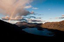 Večerní duha nad jezerem Innajuattoq.