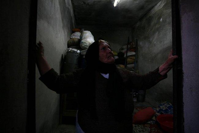 Lidé v Allepu se z obav před bombardováním přestěhovali do sklepů. Podobně přežívají stovky lidí.