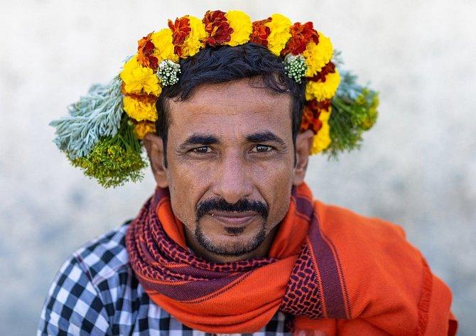 V jižních provinciích Saudské Arábie Jizan a Asír, podél hranic s Jemenem, žije kmen mužů, kteří se zdobí květinami. Po staletí tito potomci dávných kmenů Tihama a Asir na hlavě nosí barevné girlandy.