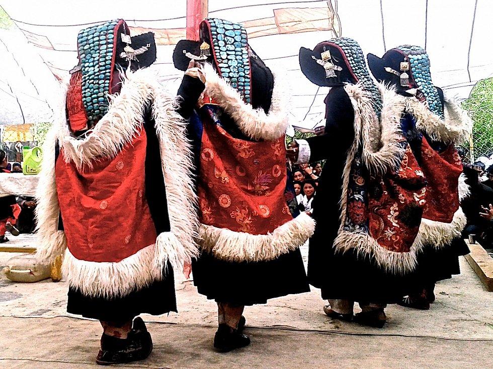 Tradiční oděv pro ladackou nevěstu. V Malém Tibetu se používá po mnoho století při svatebním obřadu a také při významných festivalech, například na oslavě narozenin Jeho Svátosti Dalajlámy.