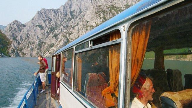 OBRAZEM: Křížencem lodi a autobusu ze Skadaru do nejzapadlejšího koutu Albánie