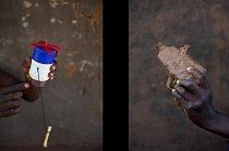 Brian Otim (vlevo) předvádí mixér, který si vyrobil z kousků plastu nalezených na ulici. Falidi Aharo (vpravo) se pochlubil svou hliněnou pistolí.
