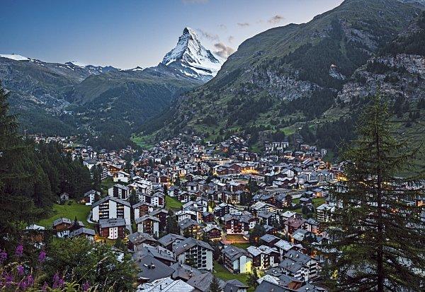 Pohled na městečko Zermatt sikonickou horou Matterhorn