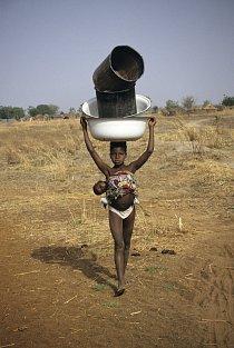 Pro vodu musejí ženy často chodit až kiometry daleko.
