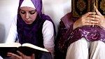 Bosenské muslimky čtou v koránu (Zenica , město ve střední Bosně).