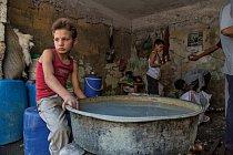 Vhistorickém centru města má jedenáctiletý Adnán  práci, při níž noří nově dokončené měděné šálky a čajové konvice do lázně, aby se znich spláchly chemikálie. Pracuje ilegálně, aby pomohl živit rodinu, jako mnoho jiných dětí uprchlíků vGaziantepu.
