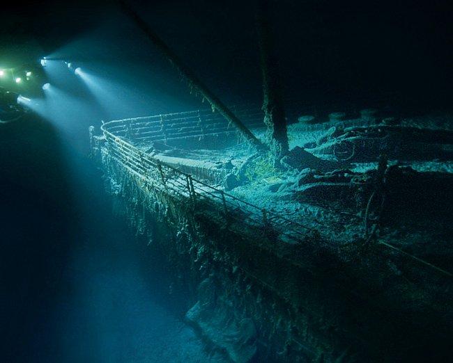 Přízračná příď Titaniku leží zhruba 4 000 metrů pod hladinou. Čelní střet s ledovou krou by loď možná přestála, boční náraz na pravoboku však prorazil příliš mnoho z jejích vodotěsných komor.