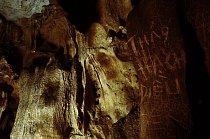 Na snadno přístupných místech jsou nápisy na zdech v několika vrstvách. Nechávali je tady vojáci v dobách, kdy jeskyně sloužila jako nemocnice a sklad munice. Svou úlohu sehrály jeskyně i během krátké