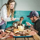 """Audrey Bushway a Steven Boyles, návštěvníci zArizony, si stoupli do fronty vrestauraci Franklin Barbecue vtexaském Austinu už v8 hodin ráno, aby se vpoledne najedli. Hovězí hrudí je každý den brzy vyprodáno. """"Bylo to vynikající,"""" říká Steven Boyles."""