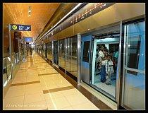 Kolejiště jsou chráněna skleněnými dveřmi.