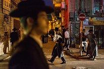 V Mea Šearim, jeruzalémské enklávě příslušníků ortodoxního judaismu charedimů, převládají tmavé obleky a vousy. V této čtvrti, která se od svého založení v roce 1874 změnila jen pramálo, zůstávají během řady veřejných aktivit, jídlem počínaje a pobožnostm