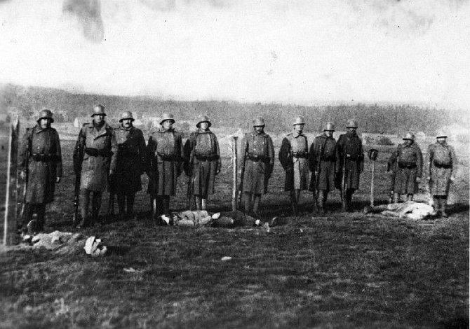 Popravčí četa nad těly rumburských vzbouřenců 29. května 1918.