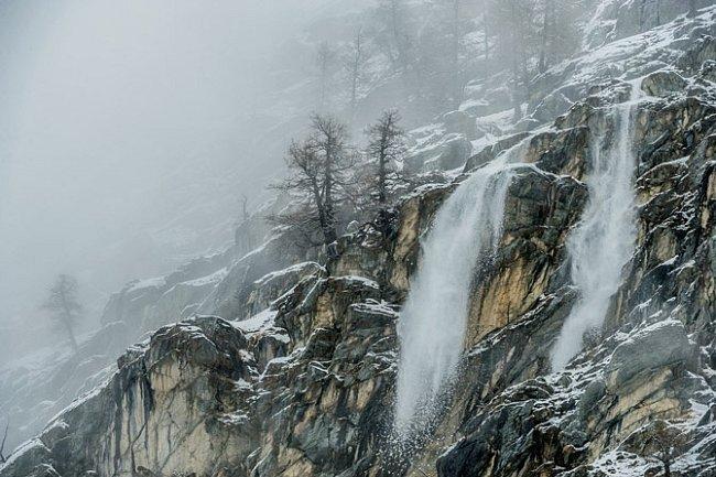 Pozdní zimní sníh padá po skalnatých svazích údolí Valsavarenche. Vparku Gran Paradiso jsou ničivé laviny vzácné, přesto vroce 2008 jedna zdemolovala několik domů ve dvou zdejších vesnicích.