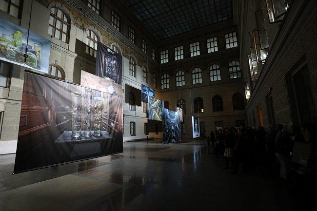 Celkový pohled na umístění fotografických pláten ve dvoraně Historické budovy Národního muzea.