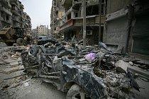 Ulice v Aleppu jsou po bojích plné sutin, vraků a trosek.