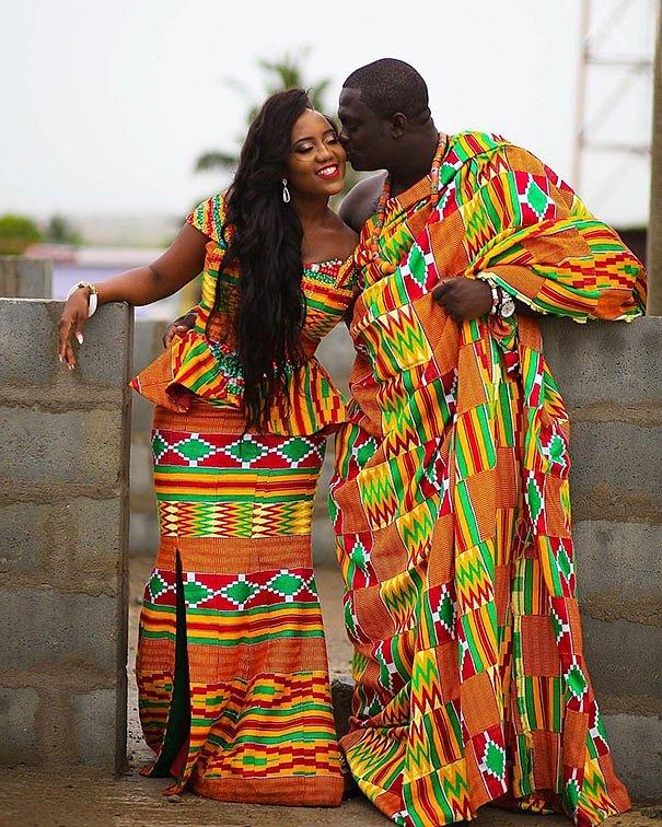 Tradiční svatby v Ghaně jsou plné barev. Každá rodina má svůj vlastní vzor látek, který se objeví na šatech nevěsty i ženicha.