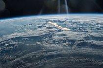 Velitel Expedice 48 Jeff Williams, astronaut NASA, zachytil tento snímek 21. června 2016 z ISS a popsal ji slovy: Velkolepý úplněk těsně před západem Slunce při přeletu nad západní Čínou.